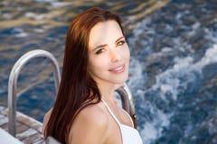 Porträt eines Mädchens auf einer Yacht Lizenzfreie Stockfotografie
