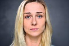 Porträt eines Mädchens blond, enttäuschte Frau, Nahaufnahme Lizenzfreies Stockbild