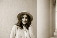 Porträt eines Mädchens, das einen Hut und einen Mantel trägt stockfotografie