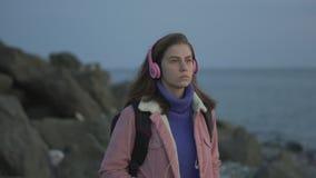 Porträt eines Mädchens, das entlang die Küste geht stock video footage