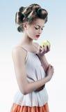 Porträt eines Mädchens in den Haarlockenwicklern Stockfotos