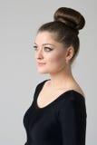 Porträt eines Mädchens in der schwarzen Kleidung Lizenzfreies Stockfoto