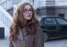 Porträt eines Mädchens in der Straße Lizenzfreies Stockbild