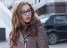 Porträt eines Mädchens in der Straße Stockfotografie