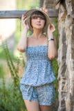 Porträt eines Mädchens in einem Hut an einem Sommertag lizenzfreies stockbild
