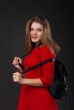 Porträt eines Mädchens in einem roten Kleid lizenzfreie stockbilder