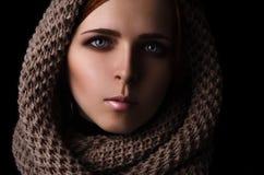 Porträt eines Mädchens in einem SchalHaarnetzgroßen gestrickt Lizenzfreie Stockfotos