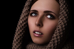 Porträt eines Mädchens in einem SchalHaarnetzgroßen gestrickt Lizenzfreies Stockfoto