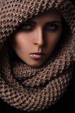 Porträt eines Mädchens in einem SchalHaarnetzgroßen gestrickt Stockbild