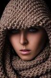 Porträt eines Mädchens in einem SchalHaarnetzgroßen gestrickt Lizenzfreie Stockfotografie