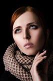 Porträt eines Mädchens in einem SchalHaarnetzgroßen gestrickt Lizenzfreie Stockbilder