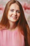 Porträt eines Mädchens in einer gestreiften Klage Lizenzfreie Stockbilder