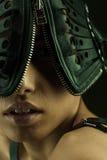Porträt eines Mädchens in einer ledernen Maske und in den Klingengurten Lizenzfreie Stockfotos