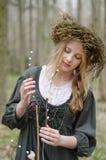 Porträt eines Mädchens in einer mittelalterlichen Volksart mit einem Circlet Stockfotografie