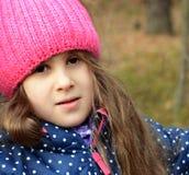 Porträt eines Mädchens in einer Schutzkappe lizenzfreies stockbild