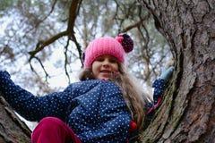 Porträt eines Mädchens in einer Schutzkappe lizenzfreies stockfoto