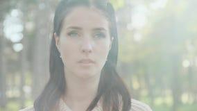 Porträt eines Mädchens in einer Strickjacke stock video