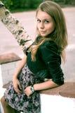 Porträt eines Mädchens gegen ein Stadtbild Lizenzfreie Stockfotografie