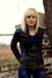Porträt eines Mädchens gegen ein Stadtbild Stockfotografie