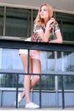 Porträt eines Mädchens gegen ein Stadtbild Stockbild