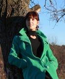 Porträt eines Mädchens gegen ein Stadtbild Stockbilder