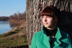 Porträt eines Mädchens gegen ein Stadtbild Lizenzfreie Stockbilder