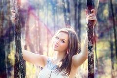 Schöne Frauen im Herbstwald Lizenzfreies Stockfoto