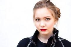 Porträt eines Mädchens im hohen Schlüssel gegen weiße Wand Lizenzfreies Stockfoto