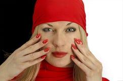 Porträt eines Mädchens im Rot mit den roten Lippen und den roten Nägeln Stockfotos