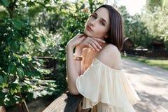 Porträt eines Mädchens im Wald im Sommer Brunette Stockfotografie