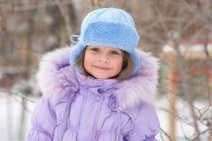 Porträt eines Mädchens im Wetter des verschneiten Winters Lizenzfreies Stockbild