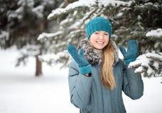 Porträt eines Mädchens im Winter Stockbilder