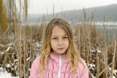 Porträt eines Mädchens im Winter lizenzfreie stockfotos