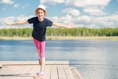 Porträt eines Mädchens 10 Jahre alt auf einem Pier Stockbild