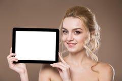 Porträt eines Mädchens mit der Tablette Lizenzfreies Stockbild