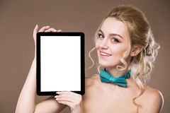 Porträt eines Mädchens mit der Tablette Lizenzfreie Stockfotografie