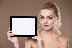Porträt eines Mädchens mit der Tablette Lizenzfreie Stockbilder