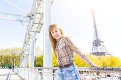 Porträt eines Mädchens mit Eiffelturm auf Hintergrund in Paris Stockfotos