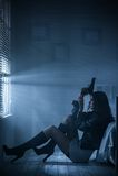 Porträt eines Mädchens mit einem Gewehr Stockfotos