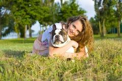 Porträt eines Mädchens mit einem Hund Lizenzfreies Stockbild