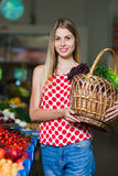 Porträt eines Mädchens mit einem Korb des Gemüses Stockbilder