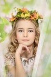 Porträt eines Mädchens mit einem Kranz Stockfotografie