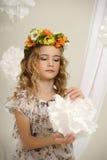 Porträt eines Mädchens mit einem Kranz Lizenzfreie Stockbilder