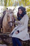 Porträt eines Mädchens mit einem Pferd zum See lizenzfreie stockbilder