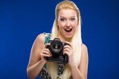 Porträt eines Mädchens mit einer Kamera in den Händen Stockbild