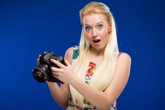 Porträt eines Mädchens mit einer Kamera in den Händen Lizenzfreies Stockfoto