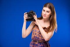 Porträt eines Mädchens mit einer Kamera in den Händen Stockfotografie