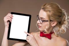 Porträt eines Mädchens mit einer Tablette in den Händen Stockbilder