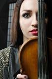 Porträt eines Mädchens mit einer Violine Stockbilder