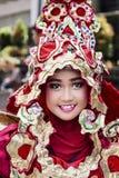 Porträt eines Mädchens mit Fantasiekostüm bei West-Java Folk Arts Festival stockfoto